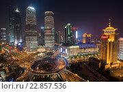 Вид с высоты птичьего полета небоскребы бизнес центра района Пудонг города Шанхая, Китайская Народная Республика (2013 год). Редакционное фото, фотограф Николай Винокуров / Фотобанк Лори
