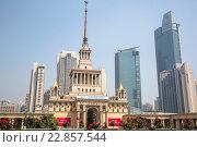 Старое здание Shanghai Exhibition Center (бывший Дом советско-китайской дружбы) на фоне современных небоскребов в городе Шанхае, Китай (2013 год). Редакционное фото, фотограф Николай Винокуров / Фотобанк Лори