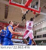 Купить «Баскетбол, Demetris Nichols забрасывает мяч», фото № 22863416, снято 9 ноября 2013 г. (c) Pavel Shchegolev / Фотобанк Лори