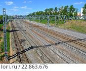 Купить «Railroad tracks Oktyabrskaya railway in Zelenograd, Russia», фото № 22863676, снято 13 мая 2016 г. (c) Володина Ольга / Фотобанк Лори