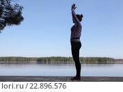 Дыхательные и расслабляющие упражнения на пирсе около озера. Стоковое фото, фотограф Кекяляйнен Андрей / Фотобанк Лори