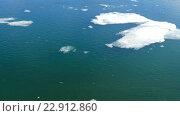 Купить «Потрескавшийся лед, плавающий на реке в весеннее время», видеоролик № 22912860, снято 13 мая 2016 г. (c) Михаил Коханчиков / Фотобанк Лори