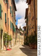 Купить «Узкая средневековая улица в городе Сан Квирико, Тоскана, Италия», фото № 22913940, снято 14 мая 2014 г. (c) Наталья Волкова / Фотобанк Лори