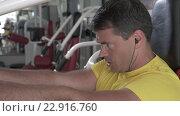 Купить «Man finishing set on chest press machine», видеоролик № 22916760, снято 19 марта 2016 г. (c) Данил Руденко / Фотобанк Лори