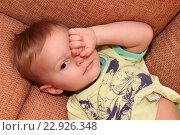Купить «Маленький ребенок укладывается спать», фото № 22926348, снято 27 октября 2015 г. (c) Виктор Топорков / Фотобанк Лори