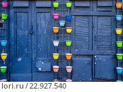 Цветные горшки для цветов в качестве декорации стен и входа. Стоковое фото, фотограф Сергей Жинко / Фотобанк Лори