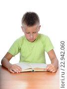 Мальчик читает книгу, сидя за столом. Стоковое фото, фотограф Анфимов Леонид / Фотобанк Лори