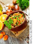Купить «Курица с апельсинами, зеленым горошком и курагой. Марокканская кухня», фото № 22953392, снято 5 мая 2016 г. (c) Надежда Мишкова / Фотобанк Лори
