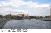 Купить «Вид на Москворецкую набережную со стороны Москвы-реки», видеоролик № 22955020, снято 15 мая 2016 г. (c) Parmenov Pavel / Фотобанк Лори