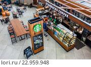 Самара. Интерьер знаменитого Starbucks cafe в Самарском аэропорту Курумоч, фото № 22959948, снято 22 мая 2016 г. (c) FotograFF / Фотобанк Лори