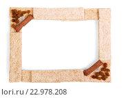 Купить «Рамка из кукурузных хлебцев и изюма на белом фоне», фото № 22978208, снято 3 мая 2015 г. (c) Сергей Молодиков / Фотобанк Лори