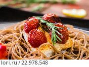 Курица с розмарином, помидорами и спагетти. Стоковое фото, фотограф Алексей Жарков / Фотобанк Лори
