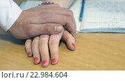 Купить «Мужчина кладет руку на руку  девушки крупным планом», видеоролик № 22984604, снято 1 апреля 2016 г. (c) worker / Фотобанк Лори