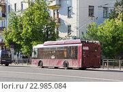 Купить «Тула. Троллейбус едет по Красногвардейскому проспекту.», фото № 22985084, снято 12 мая 2016 г. (c) Павел Москаленко / Фотобанк Лори