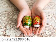 Купить «Easter eggs in the children's hands», фото № 22990616, снято 30 апреля 2016 г. (c) Володина Ольга / Фотобанк Лори