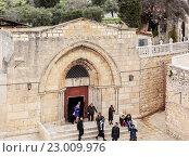 Купить «Туристы у входа в усыпальницу Девы Марии, Иерусалим», фото № 23009976, снято 16 февраля 2013 г. (c) Ростислав Агеев / Фотобанк Лори