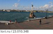 Купить «Вид на набережную и памятник затопленным кораблям в Севастополе. Крым», видеоролик № 23010348, снято 21 апреля 2016 г. (c) Яна Королёва / Фотобанк Лори
