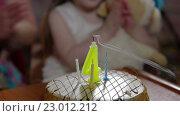 Купить «Девочка задувает свечи на торте в свой четвёртый день рождения», видеоролик № 23012212, снято 18 мая 2016 г. (c) Илья Насакин / Фотобанк Лори