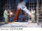 Купить «Сварка и яркие искры», фото № 23014008, снято 9 декабря 2013 г. (c) Станислав Толстнев / Фотобанк Лори