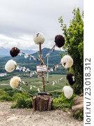 Папахи продаются в горной лавке Адыгеи. Стоковое фото, фотограф Сергей Калинкин / Фотобанк Лори
