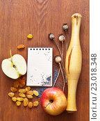 Купить «Оформление рецепта для выпечки домашнего пирога с маком, изюмом и яблоком. Кулинарный натюрморт с блокнотом для записи рецепта», фото № 23018348, снято 26 мая 2016 г. (c) Виктория Катьянова / Фотобанк Лори
