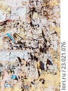 Купить «Стена с обрывками старых бумажных объявлений в качестве фона», фото № 23021076, снято 22 июля 2018 г. (c) FotograFF / Фотобанк Лори