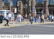 Купить «Люди идут по пешеходному переходу», фото № 23022416, снято 23 мая 2016 г. (c) Татьяна Чепикова / Фотобанк Лори