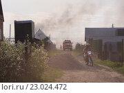 Купить «Пожарный мотоцикл и автомобиль приехали на вызов в сады. Всё задымлено, гора щебня мешает проезду спецтранспорта», фото № 23024472, снято 19 мая 2016 г. (c) Нина Карымова / Фотобанк Лори