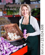 Купить «female worker selling garlic», фото № 23024608, снято 18 января 2019 г. (c) Яков Филимонов / Фотобанк Лори