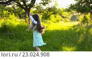 Купить «Девочка прыгает и кружится», видеоролик № 23024908, снято 30 мая 2016 г. (c) Kozub Vasyl / Фотобанк Лори
