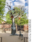 "Купить «""Дерево желаний"" и скульптура олененка на бульваре вдоль Обводного канала в Кронштадте», фото № 23028832, снято 17 мая 2016 г. (c) Галина Ермолаева / Фотобанк Лори"