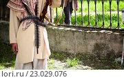 Купить «Вооруженный мужчина в городском парке», видеоролик № 23029076, снято 2 июня 2016 г. (c) Яков Чешихин / Фотобанк Лори