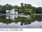 Купить «Станция службы спасения на водных объектах и движущийся катер», фото № 23038144, снято 4 июня 2016 г. (c) Родион Власов / Фотобанк Лори
