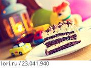 Первый день рождения ребенка. Торт на фоне игрушек. Стоковое фото, фотограф Александр Замоткин / Фотобанк Лори