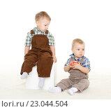 Купить «Small children with apple.», фото № 23044504, снято 9 января 2014 г. (c) Мельников Дмитрий / Фотобанк Лори
