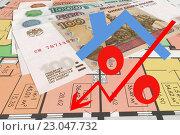 Красный знак процента на фоне денег и чертежа нового дома. Стоковое фото, фотограф Сергеев Валерий / Фотобанк Лори