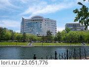 Купить «Современное здание возле городских прудов, Хабаровск», фото № 23051776, снято 31 мая 2016 г. (c) Катерина Белякина / Фотобанк Лори