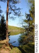 Купить «Вид с высокого берега на озеро Егерское на Валдае», фото № 23052100, снято 8 мая 2016 г. (c) Рябков Александр / Фотобанк Лори