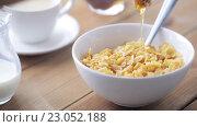 Купить «hand adding honey to corn flakes for breakfast», видеоролик № 23052188, снято 15 апреля 2016 г. (c) Syda Productions / Фотобанк Лори