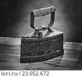 Купить «Старый утюг на столе», фото № 23052672, снято 9 апреля 2016 г. (c) Олег Жуков / Фотобанк Лори