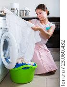 Купить «Upset woman cannot wash stains», фото № 23060432, снято 26 мая 2018 г. (c) Яков Филимонов / Фотобанк Лори