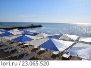 Тент и шезлонги на пляже. Стоковое фото, фотограф Сергей Варламов / Фотобанк Лори