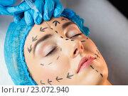Купить «Woman receiving botox injection on her forehead», фото № 23072940, снято 3 февраля 2016 г. (c) Wavebreak Media / Фотобанк Лори
