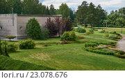Купить «Lawnmower Man o grass-cutter mowing grass», видеоролик № 23078676, снято 28 апреля 2016 г. (c) Serg Zastavkin / Фотобанк Лори