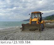 Купить «Трактор на морском побережье, подготовка пляжа к курортному сезону, Сочи», фото № 23109184, снято 18 мая 2016 г. (c) DiS / Фотобанк Лори