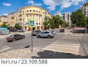 Автомобильный перекресток с автомобилями и пешеходный переход с на городской улице в Самаре в летний солнечный день, фото № 23109588, снято 12 июня 2016 г. (c) FotograFF / Фотобанк Лори