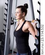 Красивая брюнетка во время тренировки в тренажерном зале. Стоковое фото, фотограф Nikolay Safronov / Фотобанк Лори