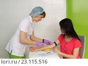 Купить «Медицинская сестра берет у пациентки кровь из вены для анализа», фото № 23115516, снято 6 мая 2016 г. (c) Наталья Гармашева / Фотобанк Лори