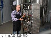 Купить «Male worker on beer brewery», фото № 23129980, снято 14 июля 2020 г. (c) Яков Филимонов / Фотобанк Лори