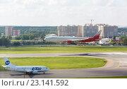 Купить «Самолёт Boeing 777 заходит на посадку», фото № 23141592, снято 22 ноября 2019 г. (c) Mikhail Starodubov / Фотобанк Лори
